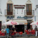 ベレー帽でおなかの出た優しいおじちゃんたちがくつろぐカフェ&宿 ポルトガルのエストレモス