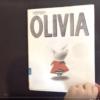 キュートなブタ子、OLIVIAの絵本で覚える'wear 〜 out'